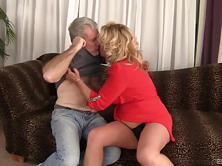 Fat mature Karen Summer drops her Y-fronts to shrink from fucked good