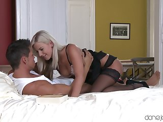 Blonde veld stockings is stoked with her lover's creative kickshaw use